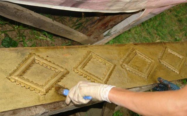 Детайл от иконостаса по време на работа-почистване