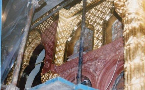 Детайл от иконостаса по време на реставрация