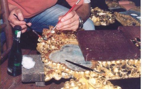 Детайл от кръста по време на реставрация - позлатяване