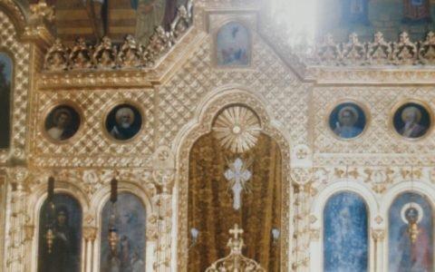 Дясната част от иконостаса в храм Св. Седмочисленици след реставрация