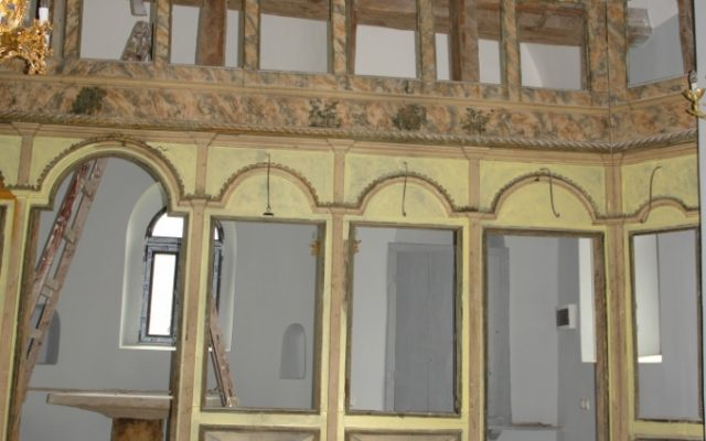 Дясната част от иконостаса по време на реставрация