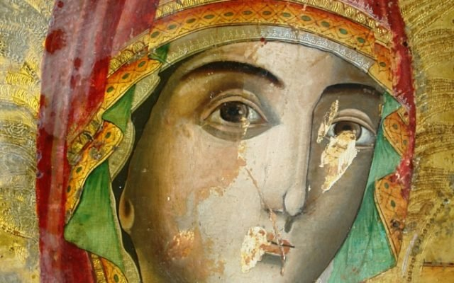 Иконата Св. Богородица - детайл по време на реставрация