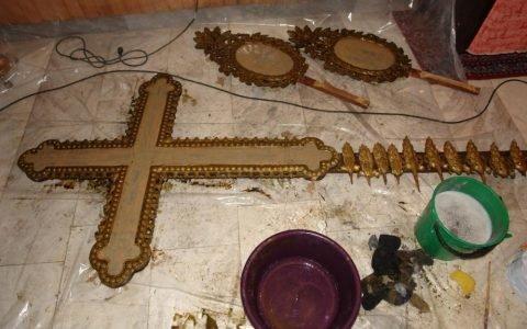 Кръста от иконостаса в храм Св. Георги - Созопол по време на реставрация