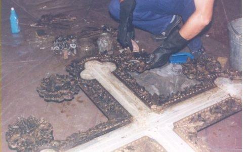 Кръста от иконостаса по време на реставрация - сваляне на блажна боя