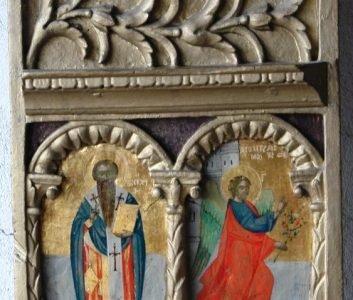 Лявата част отцарските двери преди реставрация-косо осветление
