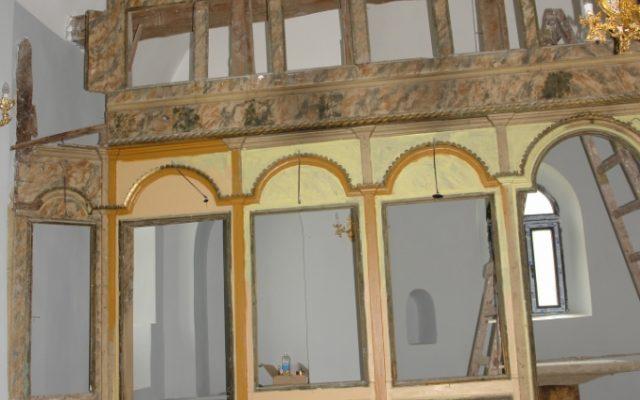 Лявата част от иконостаса по време на реставрация