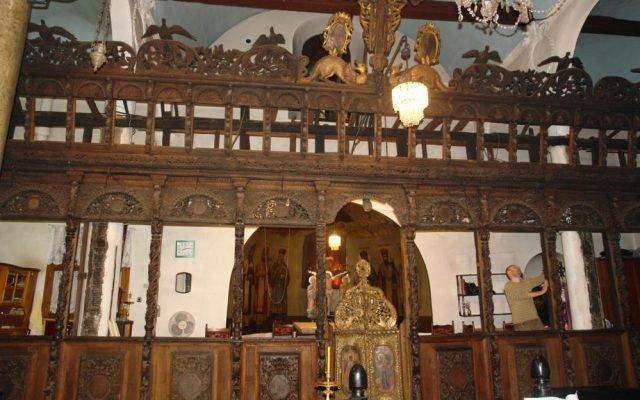 Дървената част на иконостаса преди реставрация