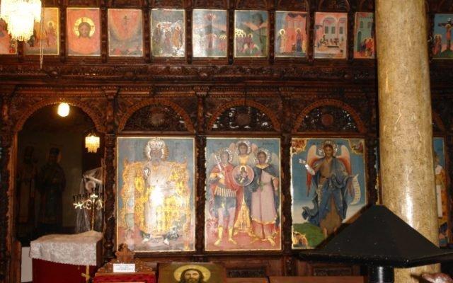 Дясната централна част от иконостаса след реставрация