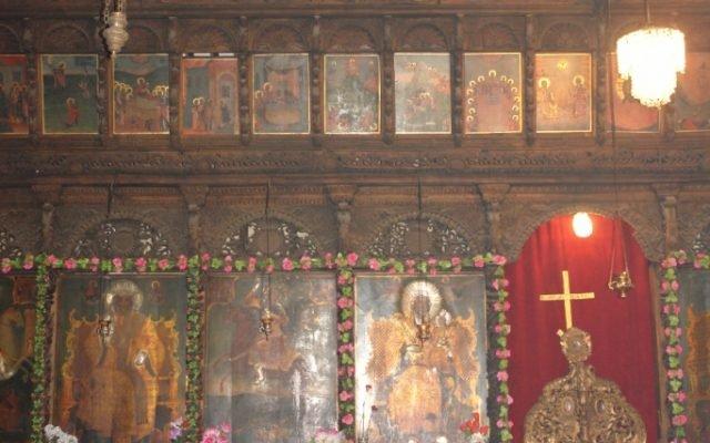 Лявата централна част от иконостаса преди реставрация