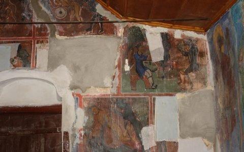Детайл от западната стена с подложки за свалените стенописи