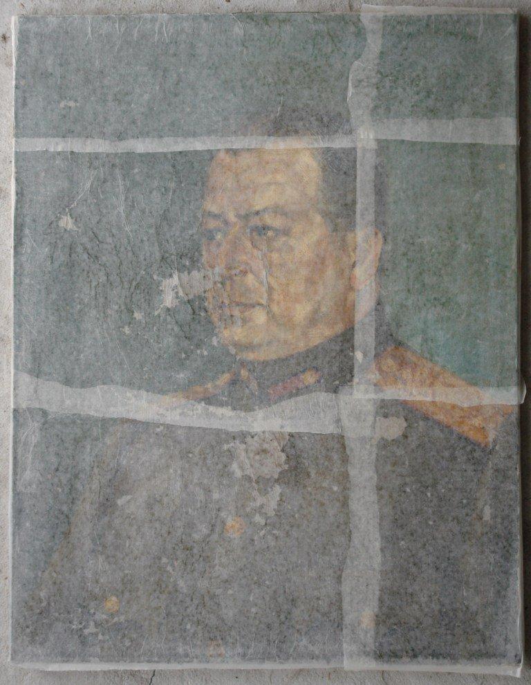 Картината Портрет на генерал - автор Петко Клисуров - по време на реставрация